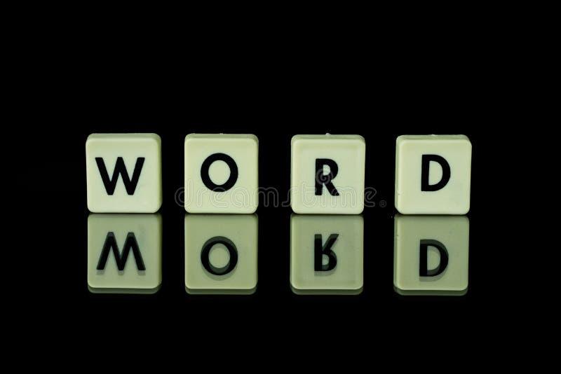 blokken met brieven die op een glaslijst worden geplaatst Woorden die van le worden geschikt stock afbeeldingen