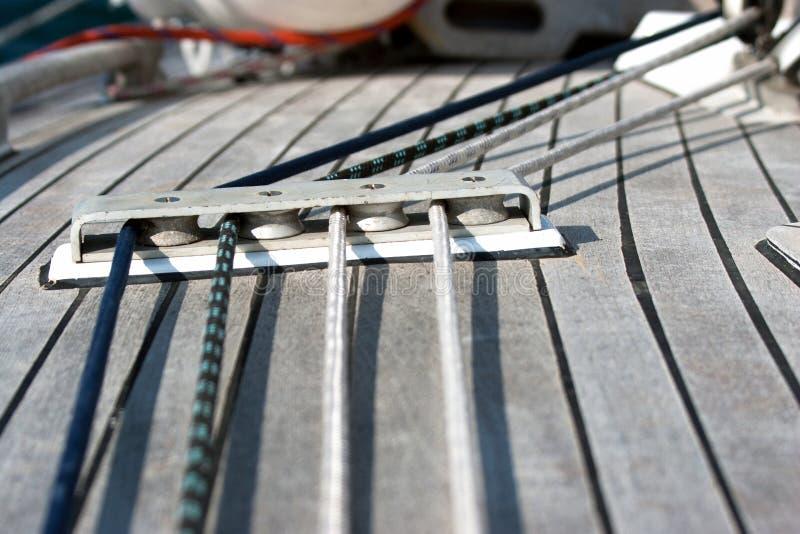 Blokken met kabel op varende boot royalty-vrije stock afbeelding