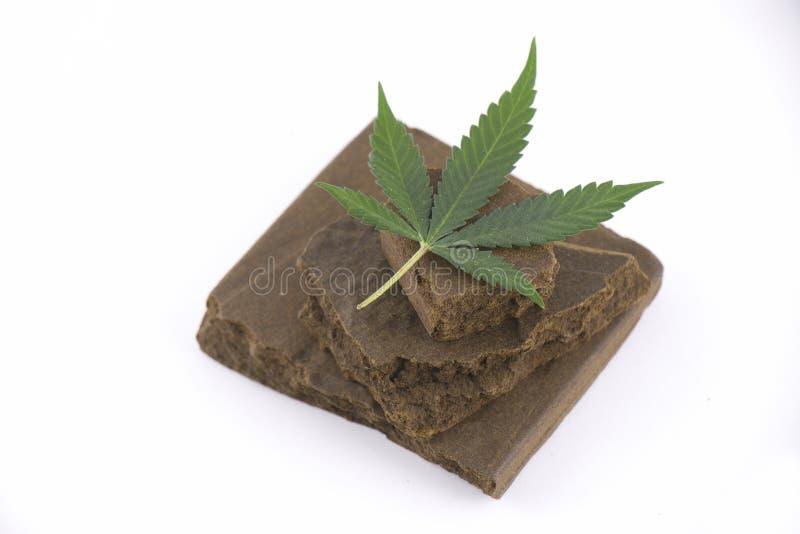 Blokken van hasjiesj, een medisch die marihuanaconcentraat wordt geïsoleerd met stock foto's