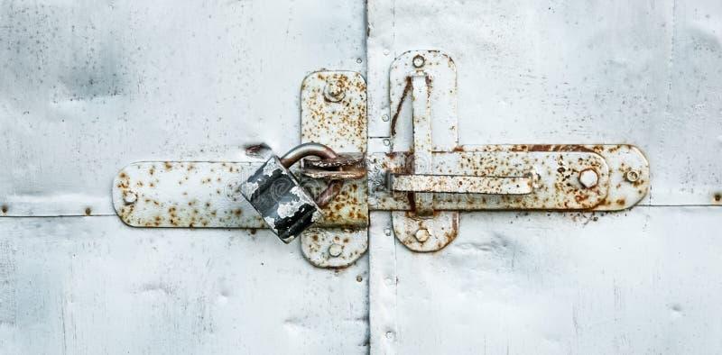 Blokuje na metalu drzwi pojęciu ochrona i ochronie, zdjęcia royalty free