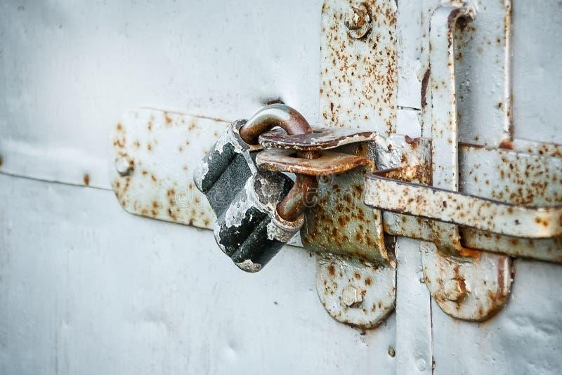 Blokuje na metalu drzwi pojęciu ochrona i ochronie, zdjęcia stock