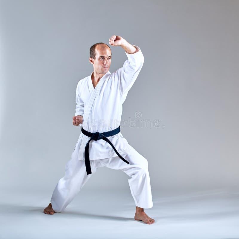 Blokuje ręki atlety pociągi w formalnym ćwiczenie karate fotografia stock