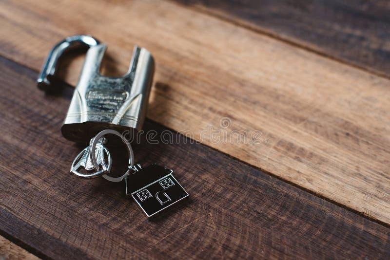 Blokuje, wpisuje i mieści, kształt kluczową etykietkę na drewnianym stole obraz royalty free