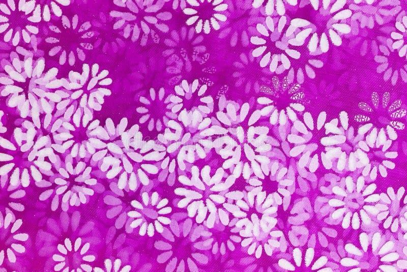 Blom- bakgrund av vita blommor som skrivs ut på ett purpurfärgat netto material royaltyfri illustrationer