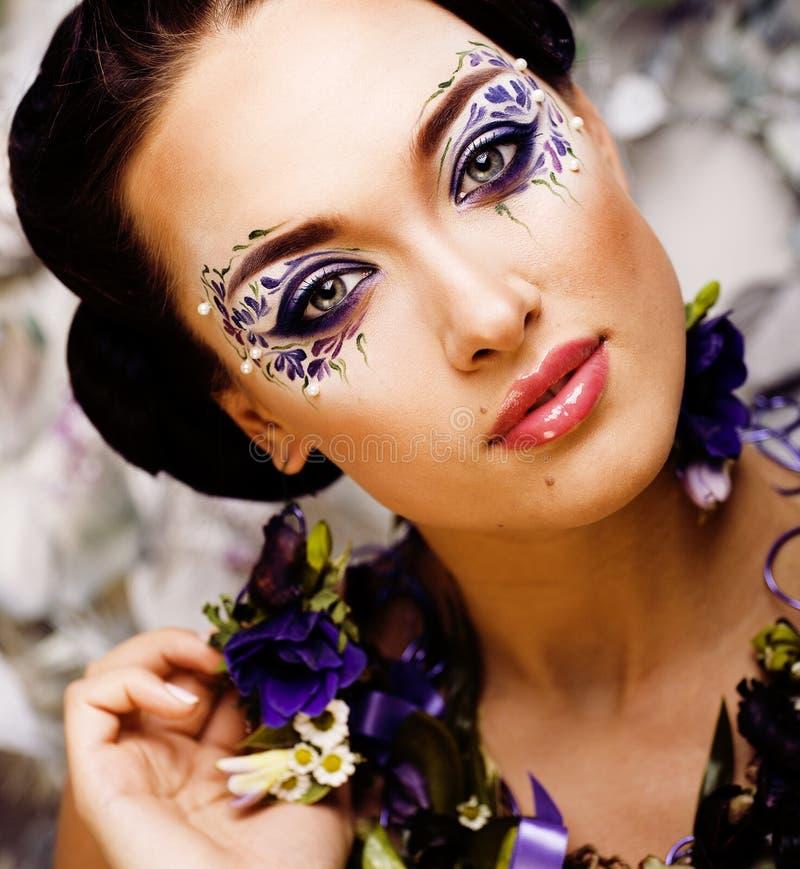 Blom- framsidakonst med anemonen i smycken, sinnlig ung brunettkvinna i studioslut upp fotografering för bildbyråer