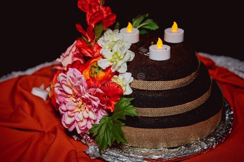 Blom- garnering för utomhus- bröllopstårta arkivfoton