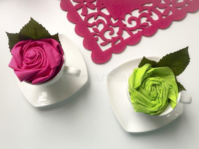 Blom- garneringar genom att använda servetter Den färdiga blomman förläggas i en kopp och dekoreras med gröna sidor royaltyfri bild