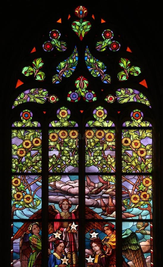 blom- nouveaumodell för konst nedfläckadt fönster för exponeringsglas royaltyfri bild