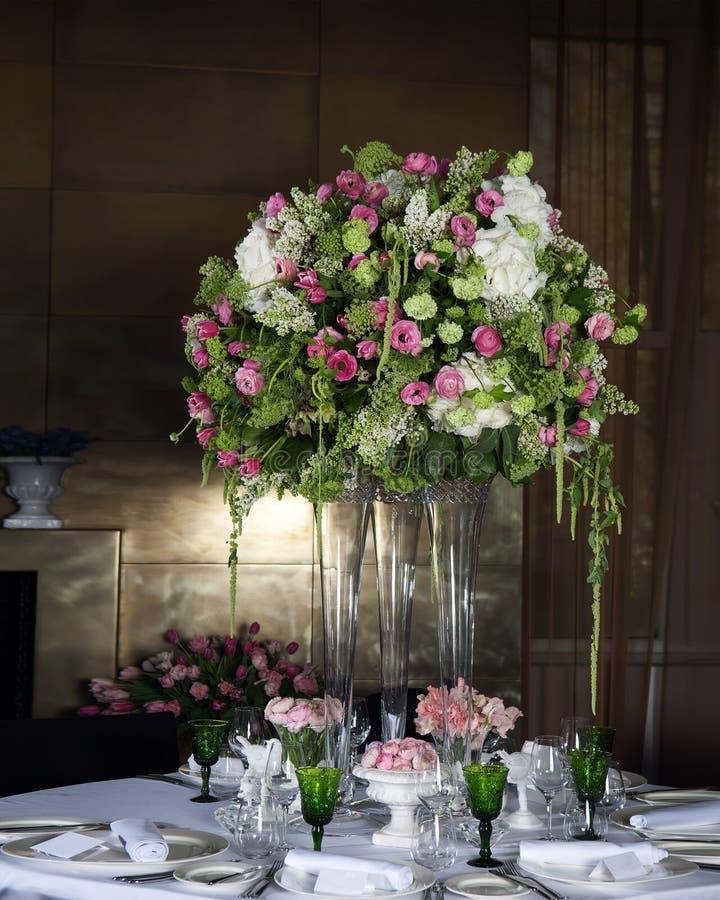 Blom- ordning för vanlig hortensia i vas royaltyfria foton