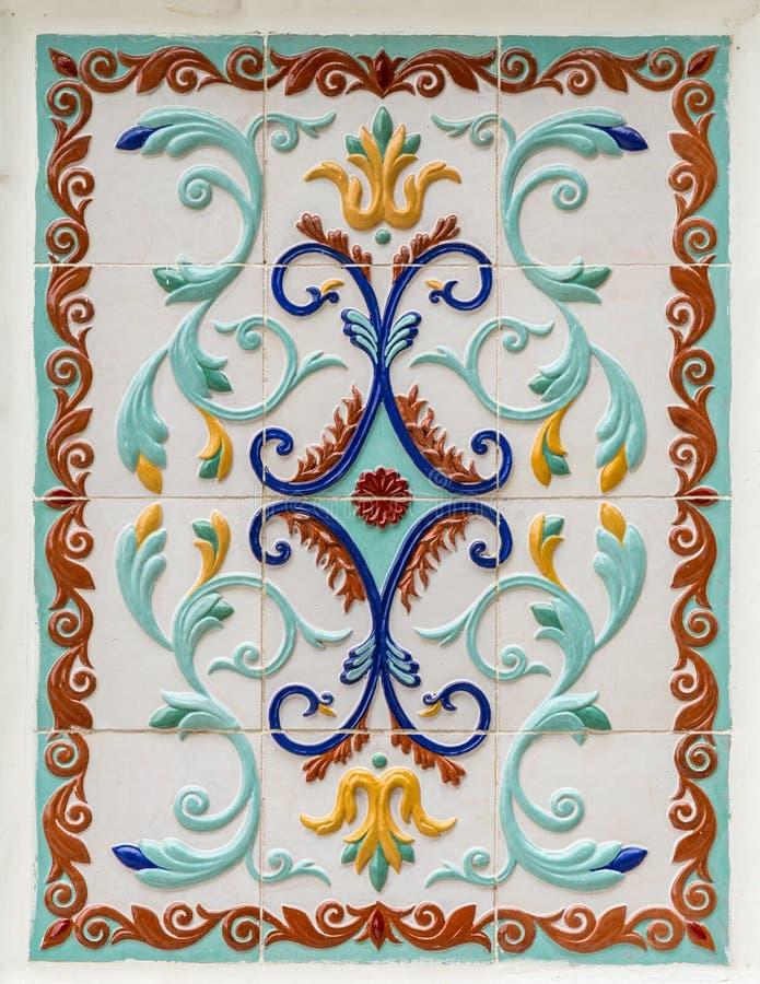 Blom- prydnad för traditionell ryss på tegelplattor royaltyfria bilder