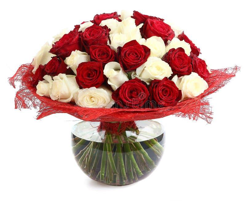 Blom- sammansättningar av röda och vita rosor. En stor bukett av blandade kulöra rosor. Planlägg en bukett av olika färgrosor royaltyfri bild