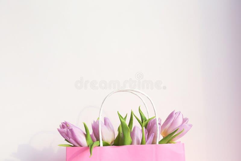 Blom- sammans?ttning i minsta stil med purpurf?rgade blommor arkivfoto