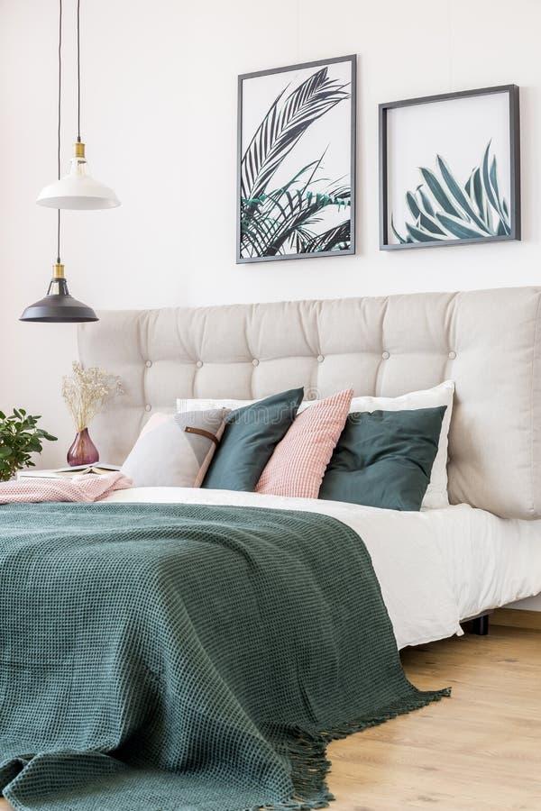 Blom- sovrum med sidaaffischer royaltyfri foto