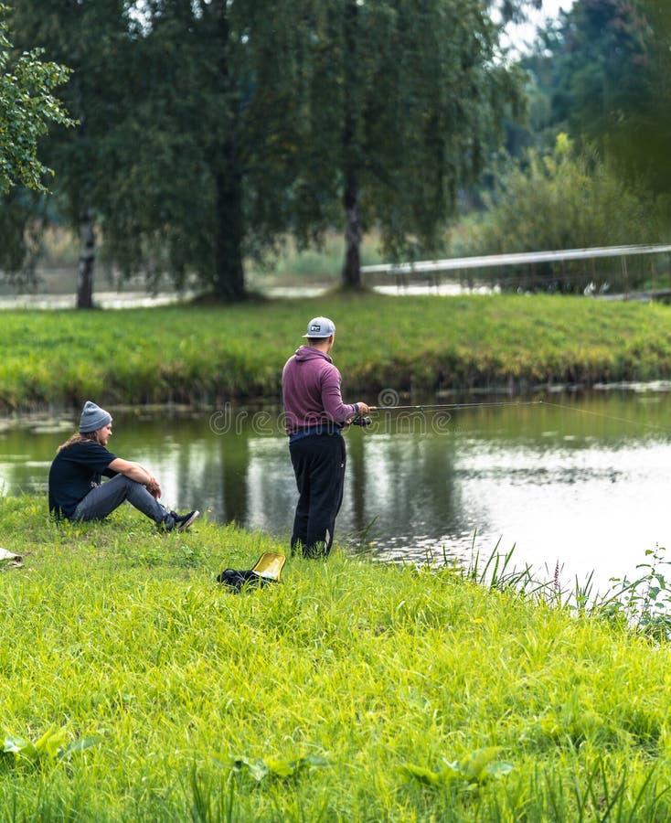 Blome/Letónia - 20 de agosto de 2018: Foto da pesca dois Millennials - passando o tempo de lazer da qualidade fotografia de stock