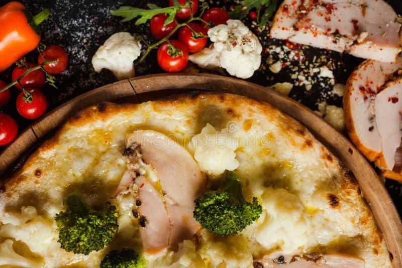 Blomkålbroccolipizza bantar grönsakprotein fotografering för bildbyråer