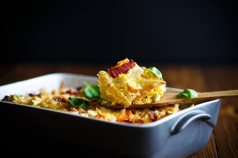 Blomkålen bakade med beta, morötter, zucchini i ägg royaltyfri fotografi