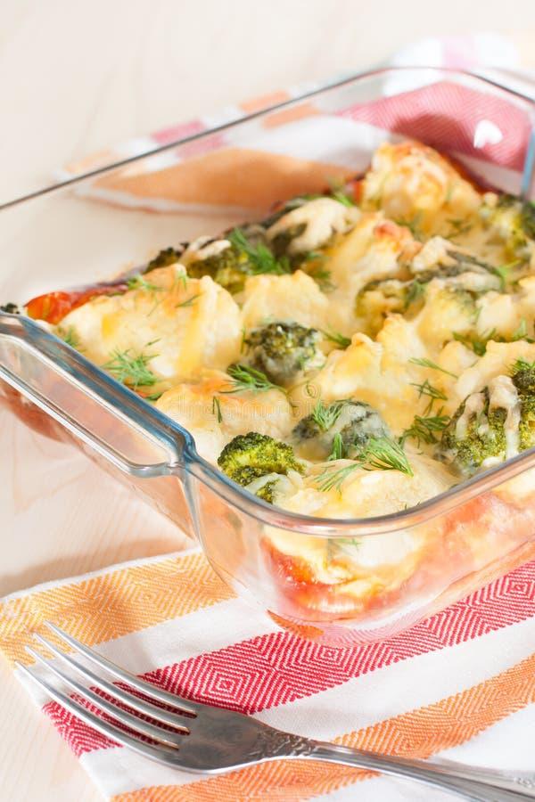 Blomkålen och broccoli bakade med ägget och ost arkivfoton