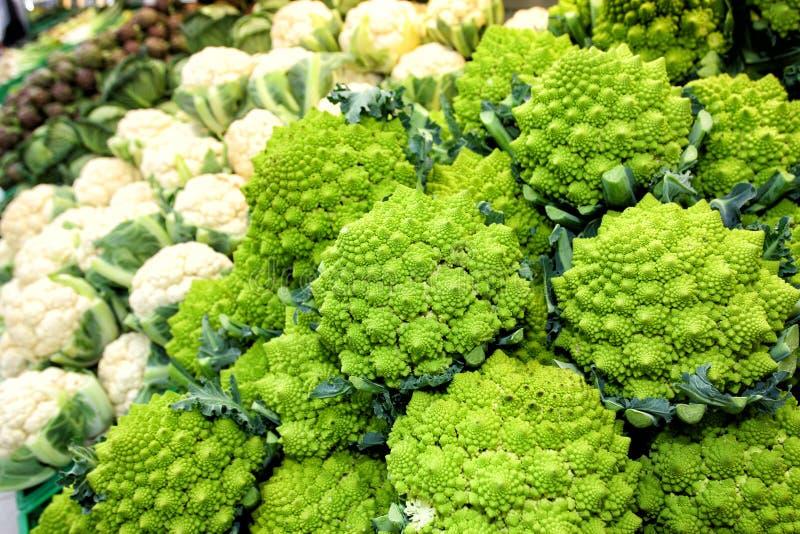 Blomkålgrönsaker Broccoliromanesco och kronärtskockor arkivfoto