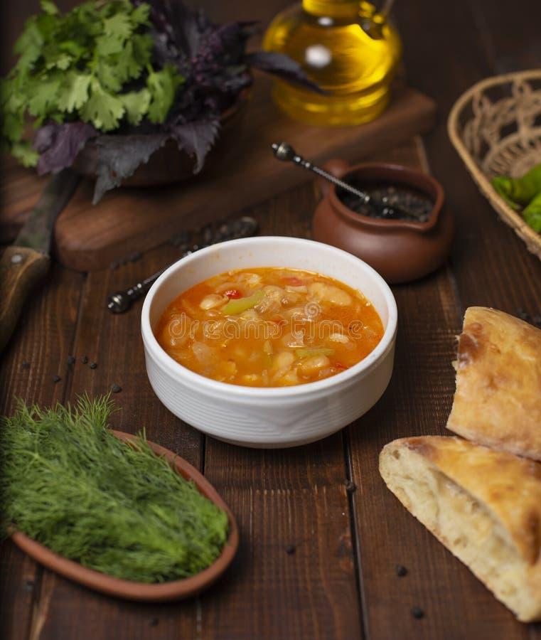 Blomkålgrönsaksoppa i feg tomatbuljong med örter royaltyfri bild