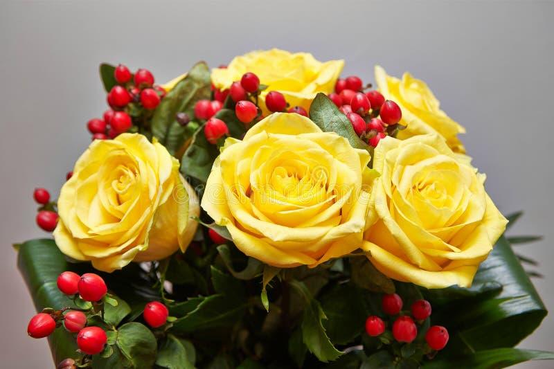 Blomkruka med gula rosor arkivbilder