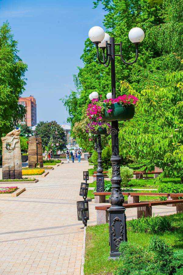 Blomkrukor p? lyktstolpar i det stads- offentliga st?llet, Donetsk royaltyfri fotografi
