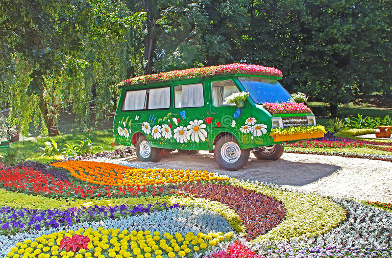 Blomma bilutställningen på Spivoche Pole i Kyiv, Ukraina arkivfoto