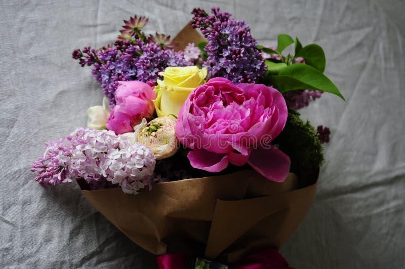 Blomma bröllopordningen med ranunculusen, pionen, rosor arkivbilder