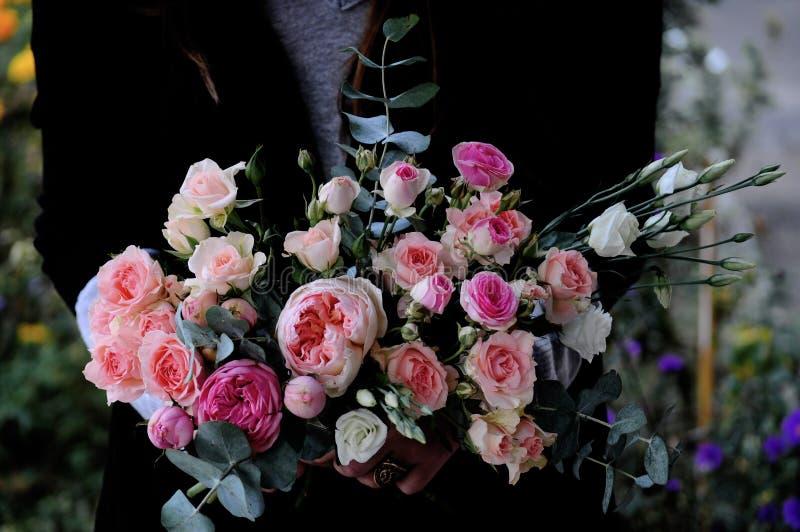 Blomma bröllopordningen med ranunculusen, pionen, rosor arkivfoton