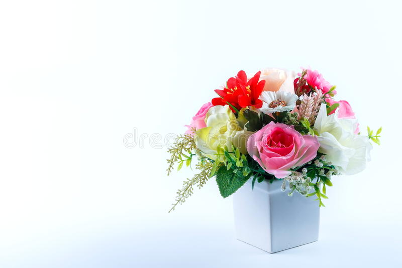 Blomma buketten som är härlig steg på vit bakgrund royaltyfri bild