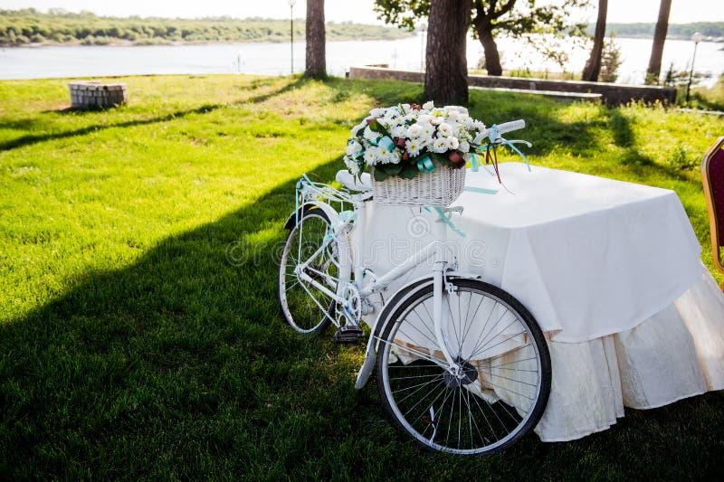 Blomma dekorerad cykel på bröllopregistreringsceremoni royaltyfri foto