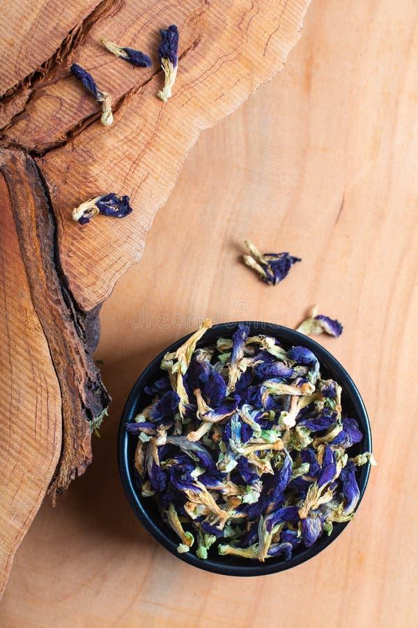 Blomma för ärta för fjäril för matbegrepp torr för att göra örtten in royaltyfri foto