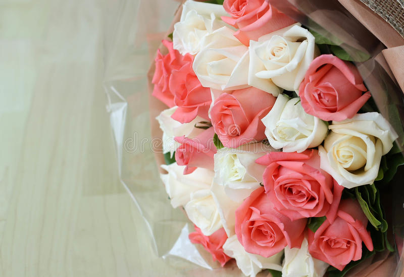 Blomma för rosa och vita rosor för bukett arkivfoto