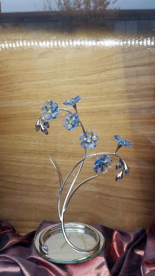 Blomma formad glass skulptur arkivbild