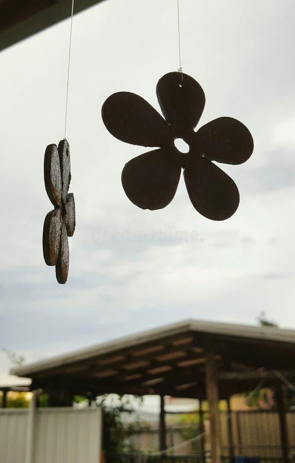 Blomma formad hängande prydnad för metall mot himmel royaltyfria bilder