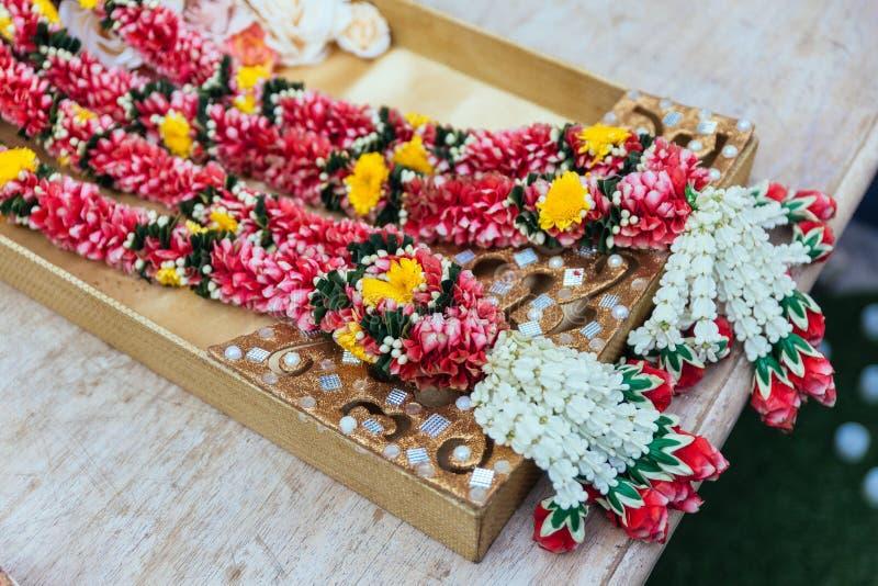 Blomma girlander för indisk bröllopceremoni i Bangkok, Thailand royaltyfria foton