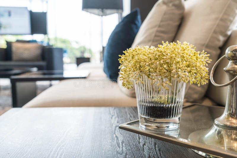 Download Blomma i vas i vardagsrum arkivfoto. Bild av dekor, tabell - 106834530