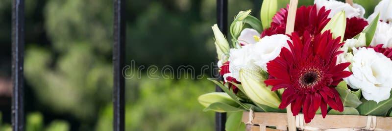 Blomma korgen royaltyfria bilder