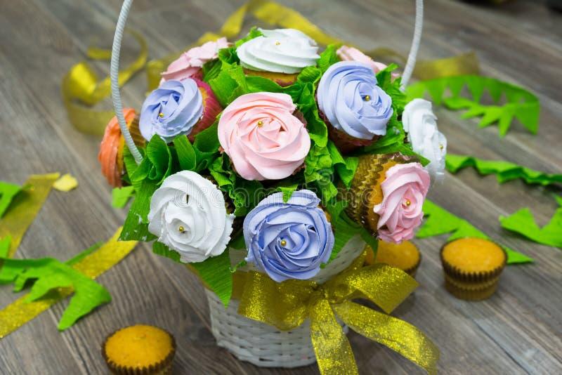 Blomma korgen som göras från muffin och andra muffin på jordningen royaltyfri foto