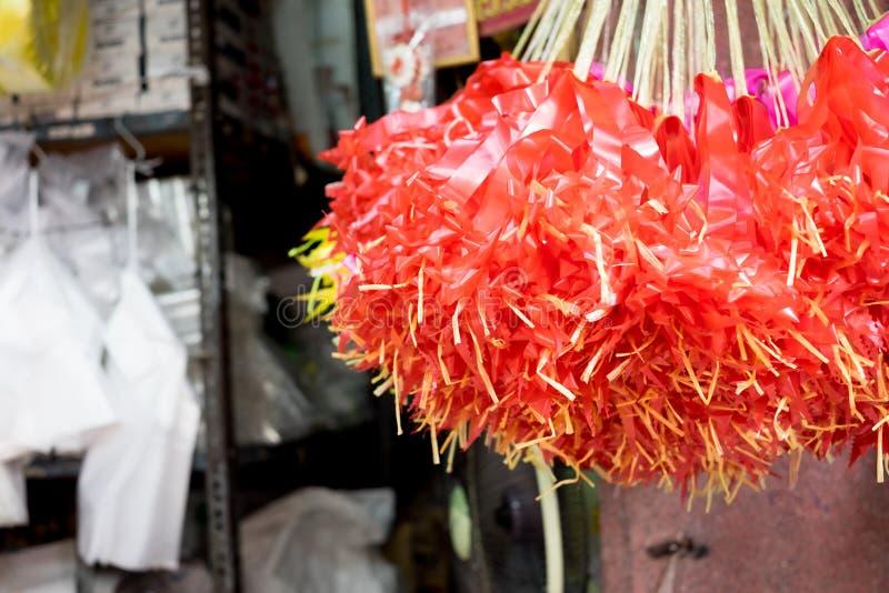 Blomma marknaden i Thailand, det röda bandet som hänger på taket royaltyfria foton