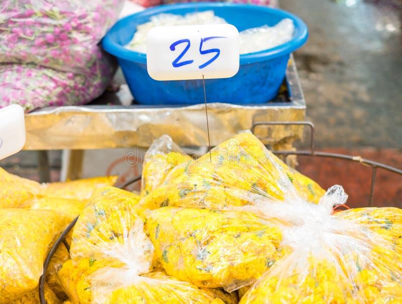 Blomma marknaden i Thailand, grupp av ringblommapåseförsäljningen på marknaden fotografering för bildbyråer