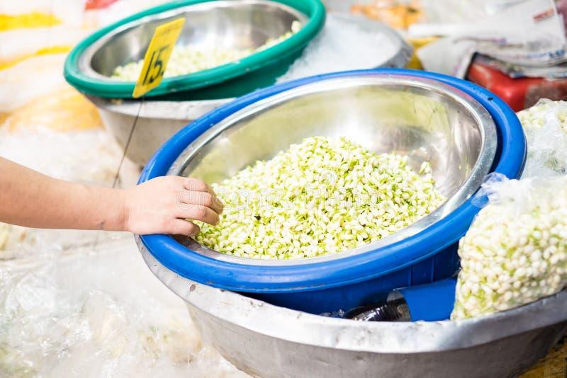 Blomma marknaden i Thailand, jasminsalerhand på hinken av jasmin royaltyfria foton