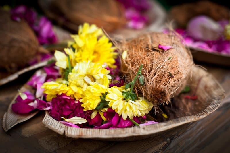 Blomma- och kokosnötofferings för hinduisk religiös ceremoni royaltyfria bilder