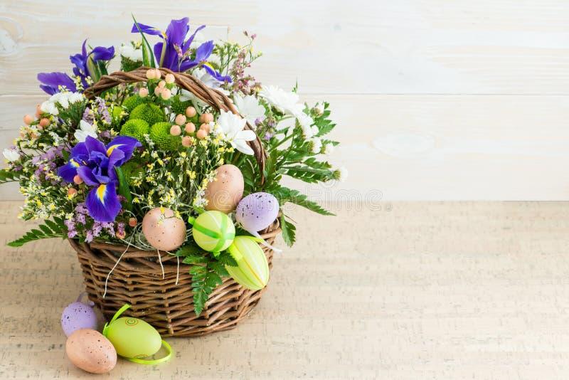 Blomma sammansättning med easter ägg, lyckliga easter arkivbild