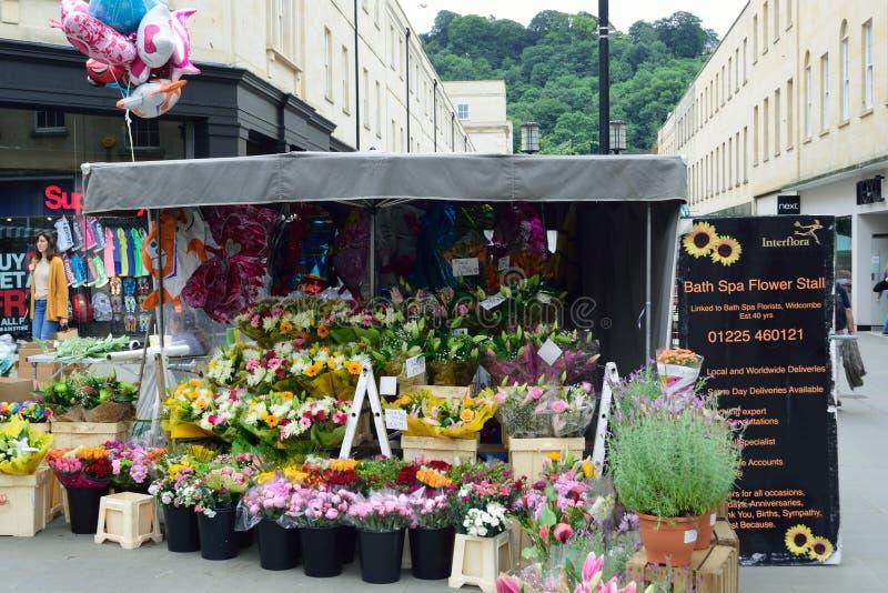 Blomma stallen i mitten av badet som shoppar område royaltyfri bild