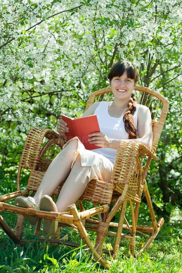 blomma trädgårds- koppla av för flicka royaltyfri fotografi