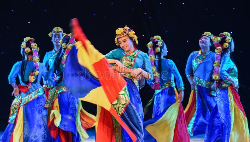 Blomma - vår av Lhasa-Kina den etniska dansen royaltyfria foton