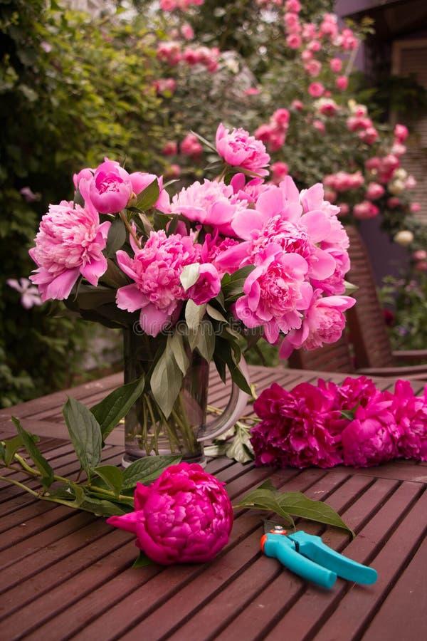 Blommabukett av pionen royaltyfri foto