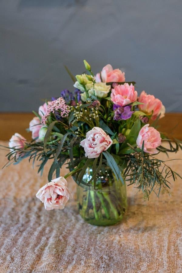 Blommabukett i en vase royaltyfri bild