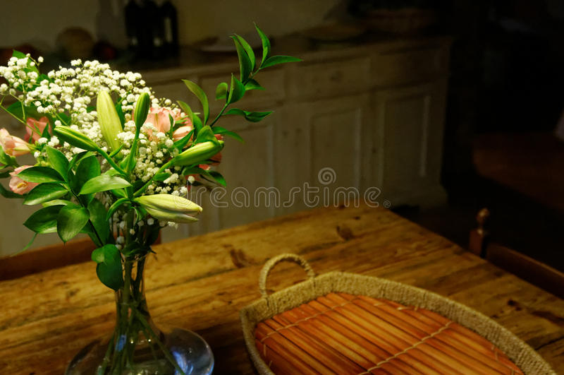 Blommabukett på köksbordet royaltyfria foton