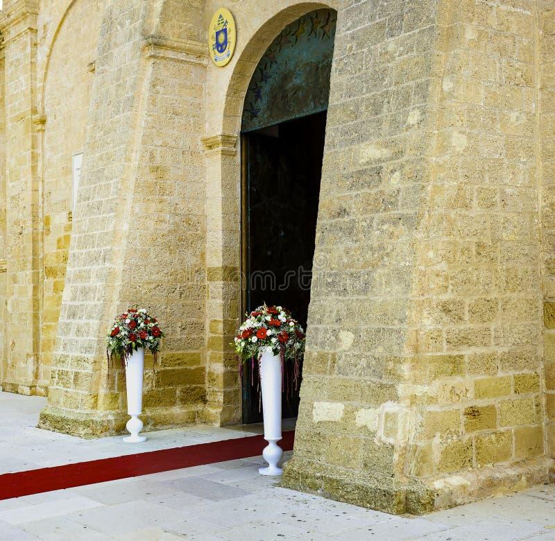 Blommaingång till kyrkan royaltyfri fotografi